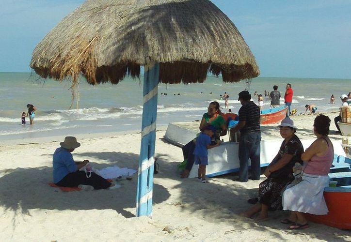 Disfrutan vacacionistas de la playa de Progreso. (Manuel Pool/SIPSE)