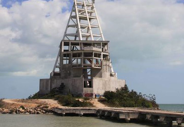 La mega escultura, ya tiene casi 10 años abandonada, estuvo a cargo del artista Enrique Carbajal. (Benjamín Pat/SIPSE)