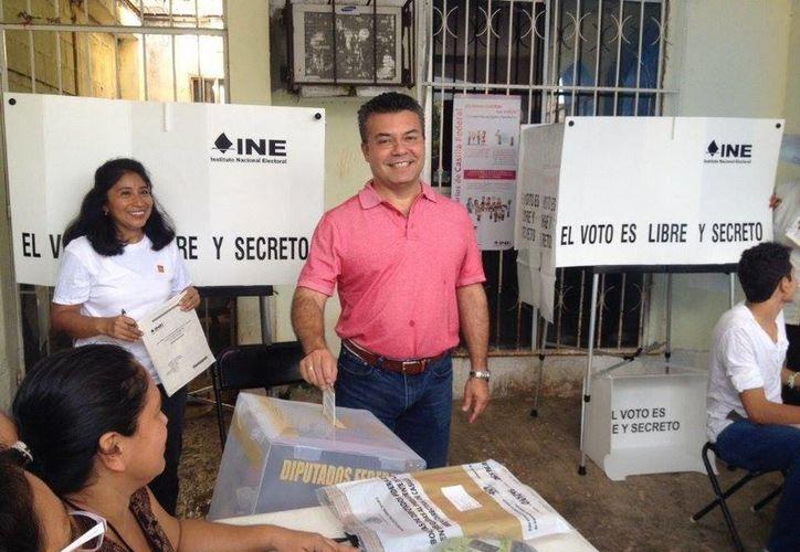 El edil de Solidaridad, Mauricio Góngora, acudió a votar en Playa del Carmen. (Adrián Barreto/SIPSE)