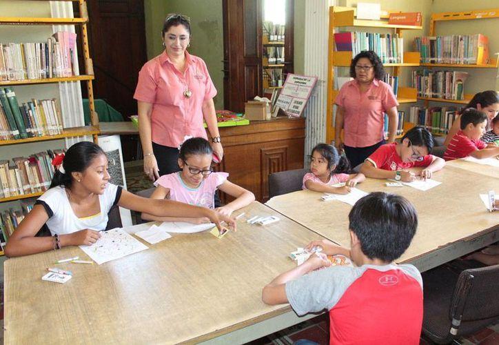 El objetivo de este taller de verano es promover la lectura, el arte y la paz, a través de diferentes actividades diseñadas para los niños que participarán. En la foto;los niños interactúan en la biblioteca 'Manuel Cepeda Peraza'.(Sipse)