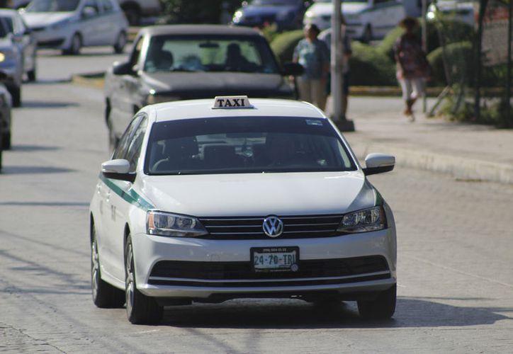 El servicio de los taxistas es brindado las 24 horas, siete días a la semana. (Foto: Jesús Tijerina)