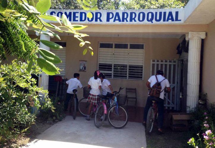 El padre  Lorenzo Mex Jiménez deja la parroquia de Chicxulub Puerto después de casi tres años de estar al frente. (Milenio Novedades)