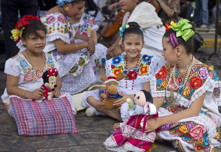Las matemáticas mayas logran que los niños tengan un buen desempeño con los números de una manera divertida. Imagen de un grupo de niñas yucatecas con diversos juguetes. (Milenio Novedades)