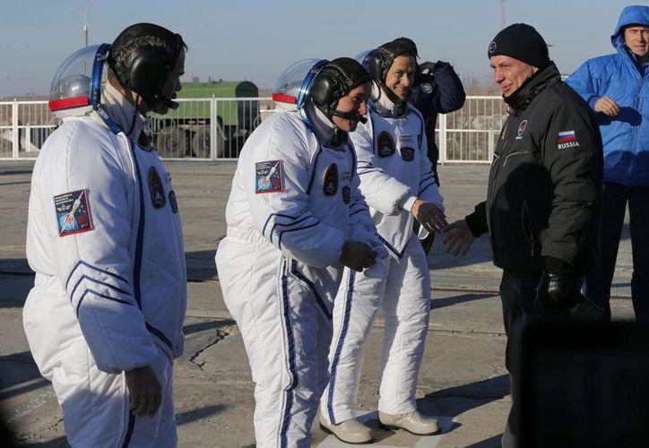 Los astronautas durante los preparativos previos al despegue de la nave Soyuz. (EFE)