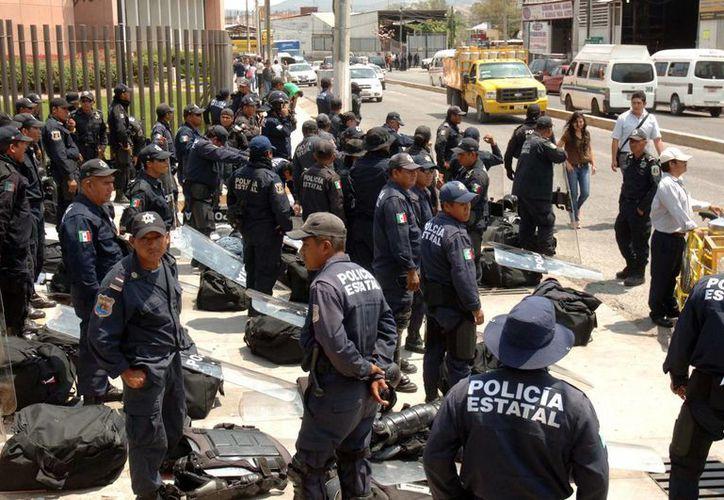 Elementos policiales custodiaron el Legislativo para impedir el paso de los maestros. (Notimex)