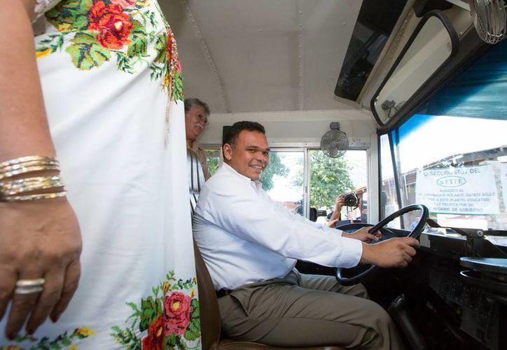 """El mandatario estatal probó el autobús que fue entregado en la escuela """"San Diego Tekax"""". (Milenio Novedades)"""
