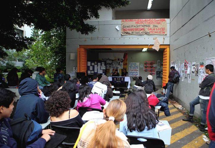 Universitarios están a favor de una solución pacífica. (Notimex)