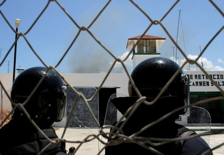 Los inconformes quemaron colchonetas al interior del penal.  Las autoridades reportan daños menores al inmueble.  (Juan Cano/SIPSE)