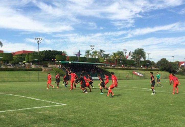 Imagen del partido de preparación entre Monarcas Morelia y Rojinegros del Atlas. Los michoacanos golearon a domicilio a los jalicienses con marcador de 6 goles a 2. (Twitter: @atlasfc)