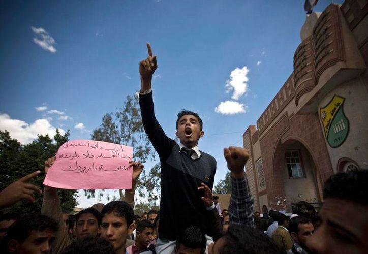 Un enfrentamiento entre tribus que buscan el poder en Yemen dejó saldo rojo, este miércoles. En la imagen, estudiantes universitarios protestan contra la creciente violencia, durante una manifestación en Sana, la capital. (AP)