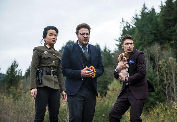 Por un ciberataque Sony suspendió el estreno de la cinta 'The Interview', programado para Navidad y protagonizado por Diana Bang, Seth Rogen y James Franco, quienes aparecen en esta escena del filme. (Foto: AP)