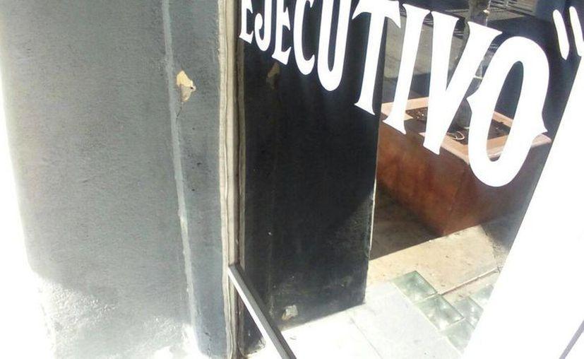 Afuera del bar Ejecutivo de Cancún se retiraron 27 casquillos percutidos la noche del lunes. (Redacción/SIPSE)