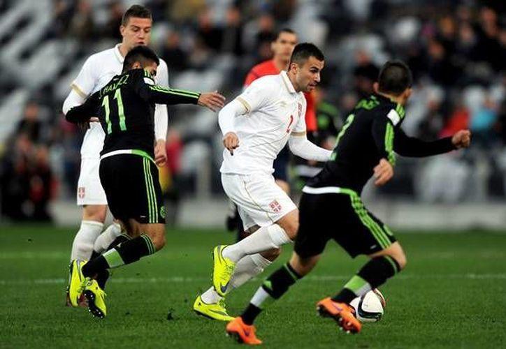 La selección mexicana sub 20 al mando de Sergio Almaguer,  suma un fracaso más en la justa mundialista de esa categoría. En la foto José Ramírez disputa el balón contra la defensa serbia. (AP)