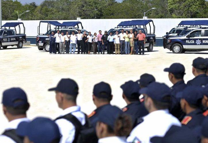 Las autoridades durante la entrega de las patrullas. (Cortesía/SIPSE)