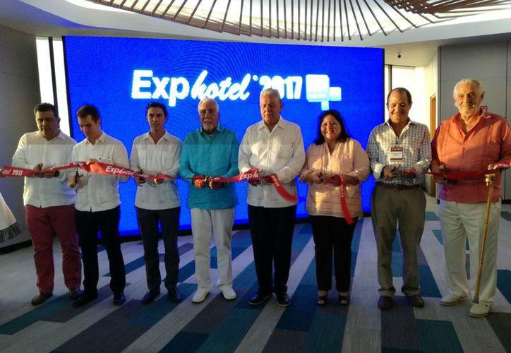 Las autoridades inauguraron la vigesimoprimera edición de Exphotel. (Israel Leal/SIPSE)
