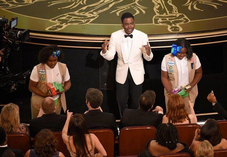 Host Chris Rock 'aprovechó' que fue presentador en los Premios Oscar para 'impulsar' a sus hijas a vender galletas. (AP)