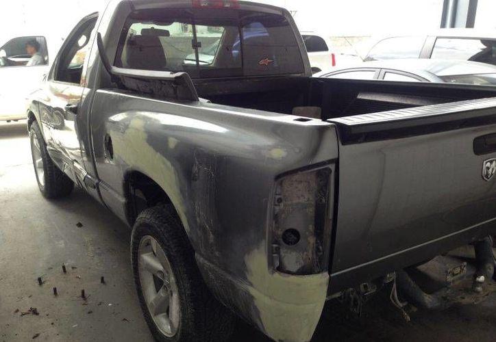 Empastaron las partes dañadas de la camioneta. (Redacción/SIPSE)