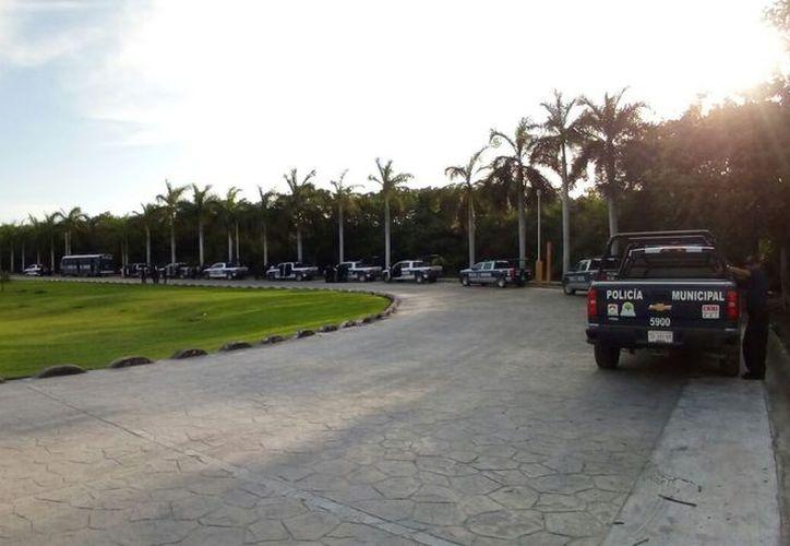 Policía antimotines se prepara para la salida al Aeropuerto de Cancún. (Foto: Eric Galindo)