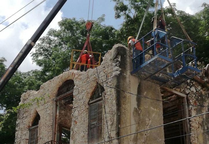 Este viernes se inició la demolición de un predio en peligros de derrumbarse, en el Centro Histórico de Mérida. (Patricia Itzá/SIPSE)