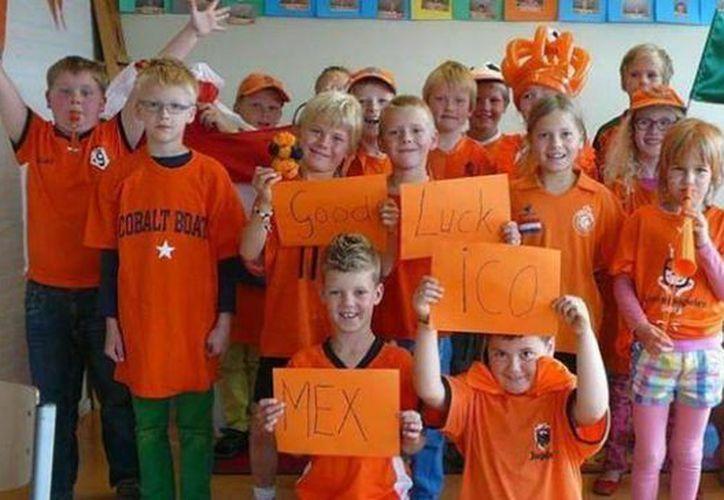 Niños de la escuela 'De Schalmei' en Holanda con un mensaje de apoyo al Tri. (Facebook)
