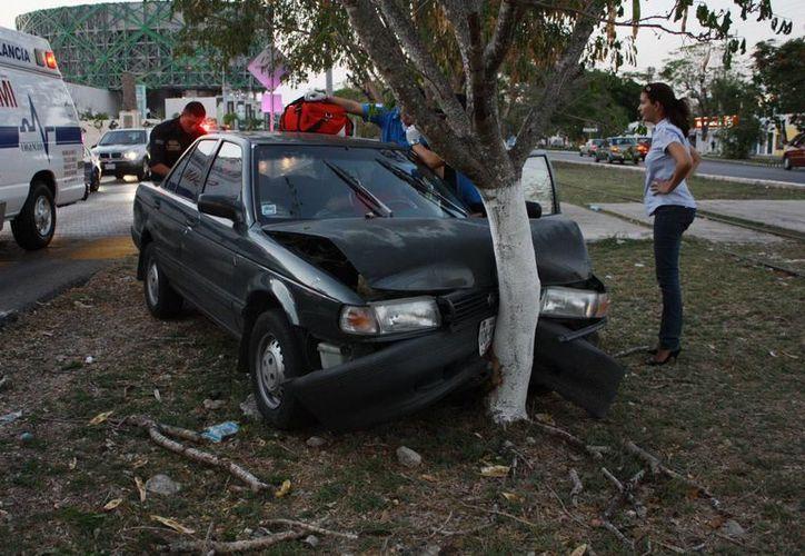La guiadora responsable del accidente iba a ser hospitalizada, pero fue detenida por daños en propiedad ajena. (Martín González/Milenio Novedades)
