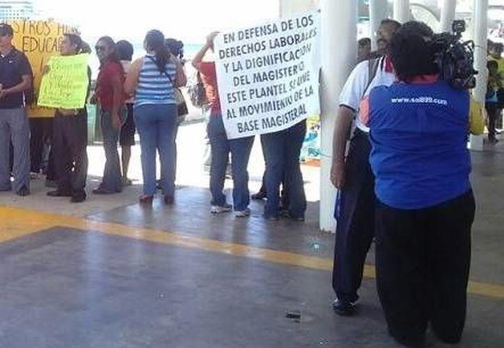 Los maestros que se manifestaron en la entrada del muelle de pasajeros. (Redacción/SIPSE)