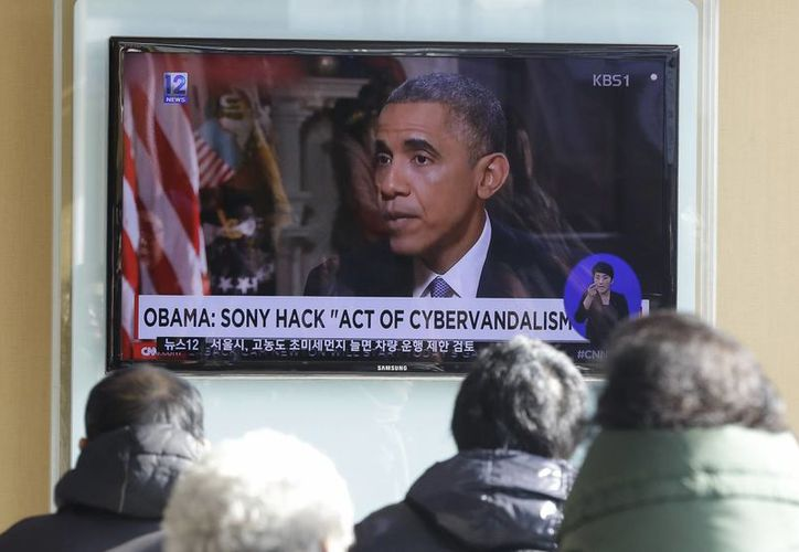Varias personas ven un programa de noticias, en la estación de tren de Seúl en Seúl, Corea del Sur, en el que muestran una imagen del presidente Barack Obama. (Agencias)