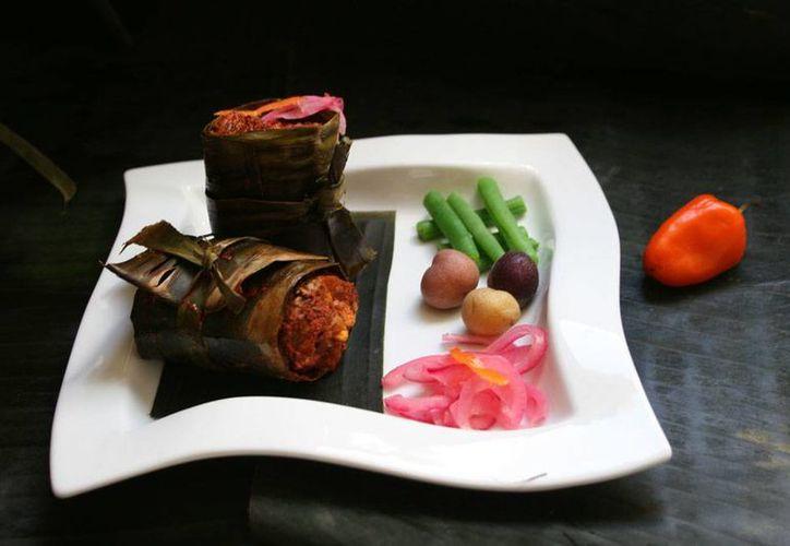La industria resturantera de Yucatán encontró en la alta cocina un filón de oro: prepara platillos tradicionales por los que visitantes pagan precios de entre 1,000 y 5,000 pesos. La imagen es de la tradicional cochinita pibil, presentada como platillo 'de lujo'. (Milenio Novedades)