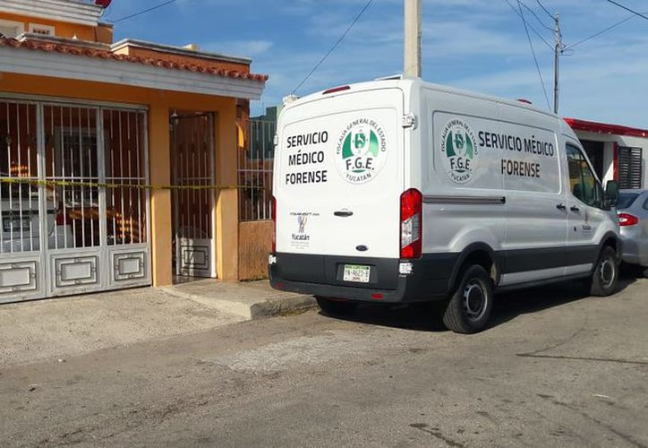 Personal del Semefo se encargó del levantamiento del cadáver. (Aldo Pallota/SIPSE)