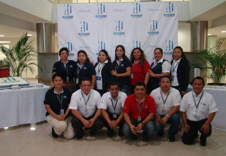 Personal con más de 20 años en Novedades de Quintana Roo, se tomó la foto del recuerdo. (Redacción/SIPSE)