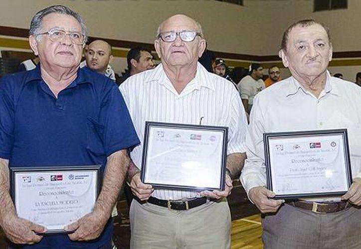 Durante el Juego de Estrellas se homenajeó a exjugadores e impulsores del básquetbol en Yucatán. (Milenio Novedades)
