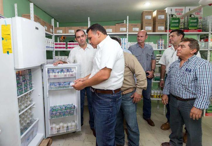 Rolando Zapata Bello inauguró la farmacia de la Unión Ganadera Regional General de Yucatán (UGRY), que beneficiará a casi dos mil ganaderos del estado. (Milenio Novedades)