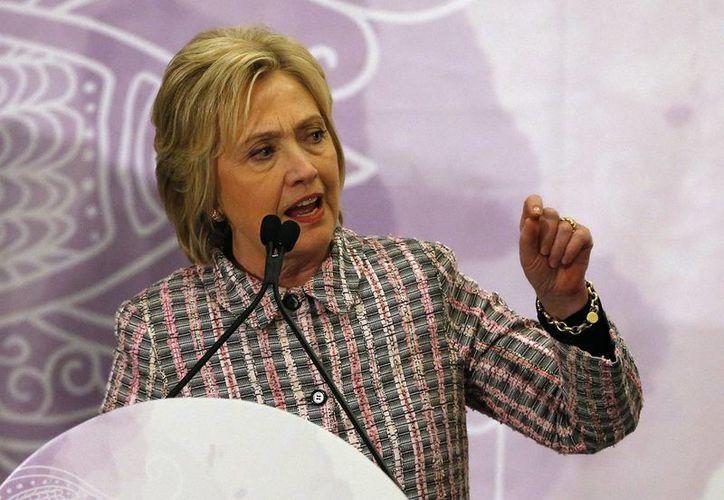 Hillary Clinton criticó la política de armas de Donald Trump. Clinton participó en una convención de la Asociación Nacional del Rifle en Louisville, Kentucky. (AP)