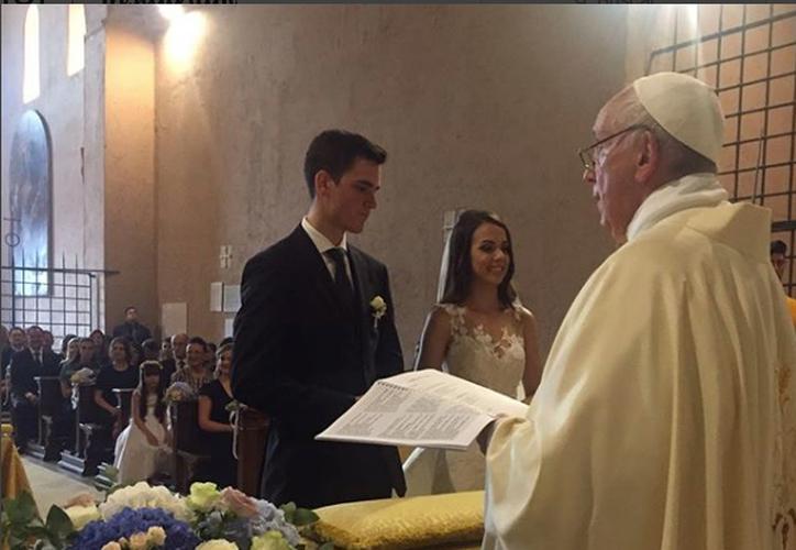 El Papa Francisco sorprendió a los novios y a todos los asistentes a la boda. (Quién)