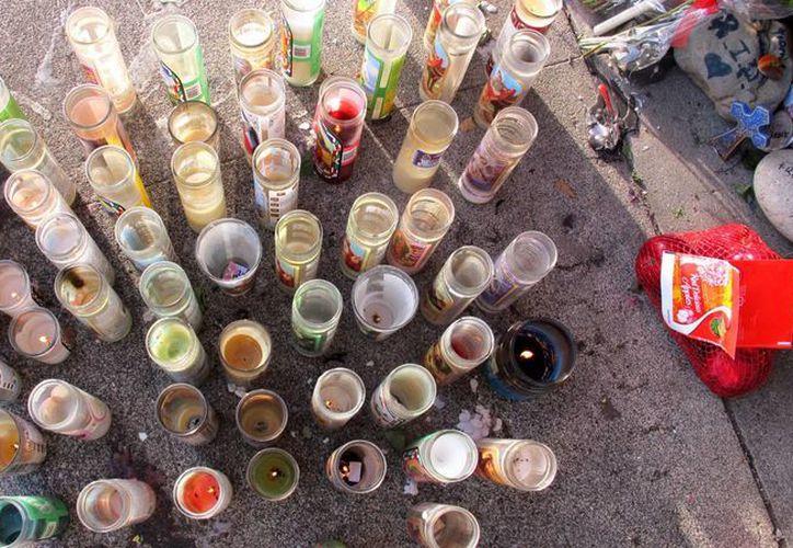 Imagen de veladoras depositadas en una acera de la ciudad de Pasco, estado de Washington, donde el inmigrante mexicano Antonio Zambrano Montes murió a manos de la policía. (Agencias)