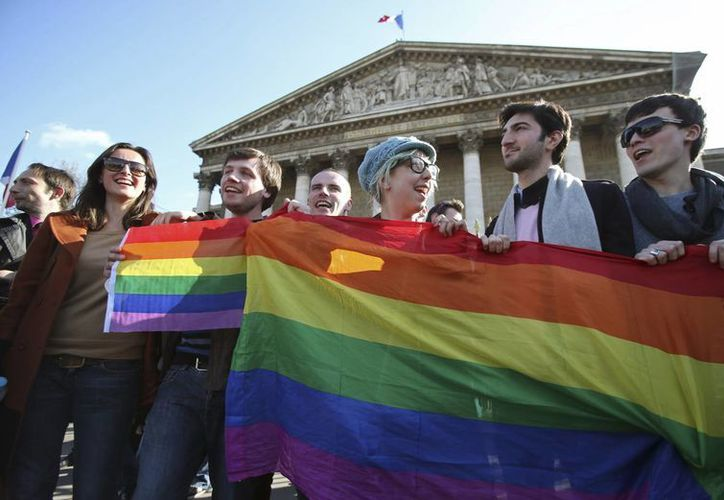 Activistas celebran  la decisión de Parlamento francés. (Agencias)