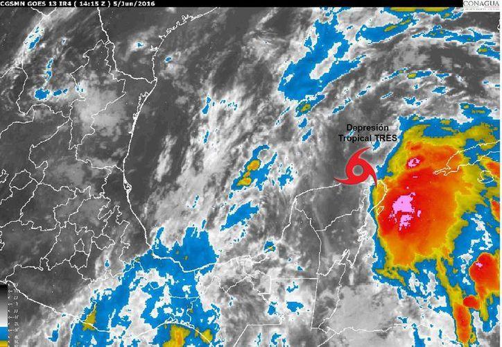 El centro de la Depresión Tropical Número 3, se ubica a unos 175 km. al este noreste de Progreso, Yucatán, y a 200 km al noroeste de Quintana Roo, moviéndose hacia el norte a 13 km/h, por lo que durante las próximas horas se anticipa un alejamiento gradual de la Península de Yucatán. (Conagua Yucatán)