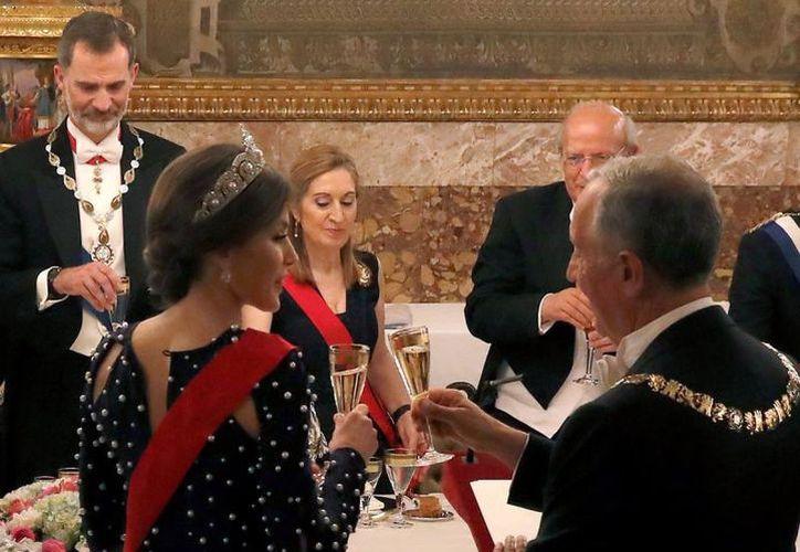 El vestido de la reina de España se abrió durante el brindis. (Hola)