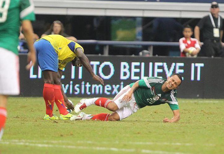 Minutos después de marcar un golazo ante el seleccionado de Ecuador, Luis Montes sufrió una fractura de tibia y peroné tras chocar con Segundo Castillo, el sábado pasado. (Notimex)