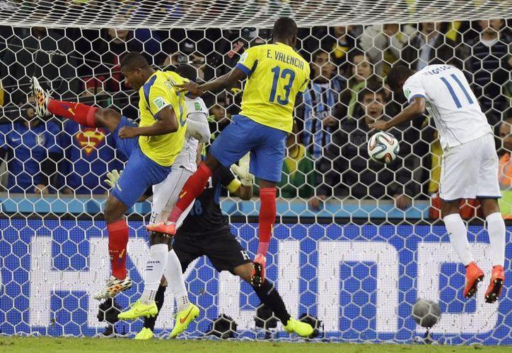 Enner Valencia (13) hizo dos goles y se consagró como figura de Ecuador en este Mundial. (Foto: AP)