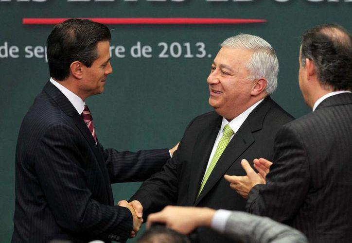 El presidente Enrique Peña saluda al secretario de Educación, Emilio Chuayffet en el marco de la promulgación de tres leyes educativas. (Notimex)
