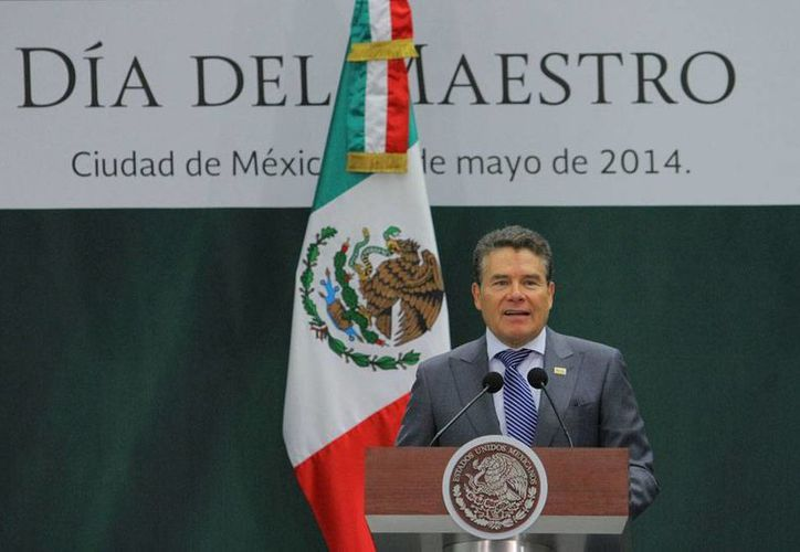 El líder del SNTE, Juan Díaz de la Torre, quien sustituyó a Elba Esther Gordillo, está ahora en medio del escándalo por su 'sueldazo'. (Archivo/NTX)