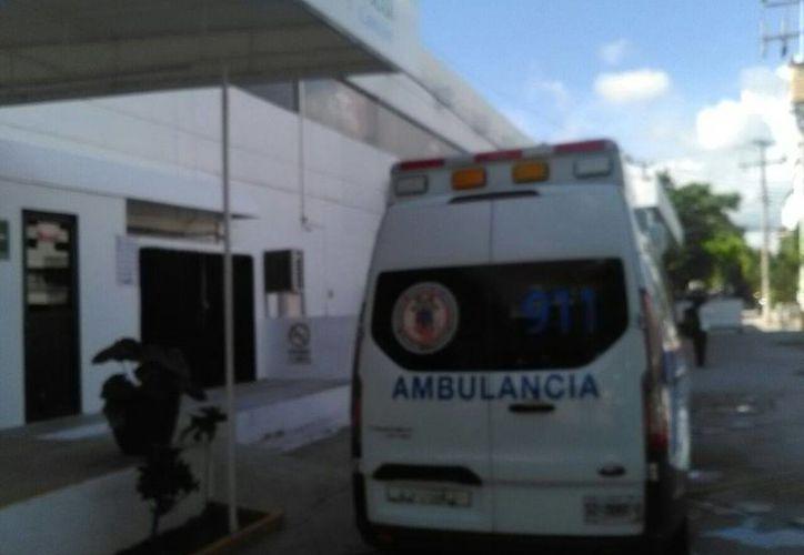 Las víctimas del accidente fueron trasladadas por los paramédicos al hospital Playamed. (Rubén Darío/SIPSE)