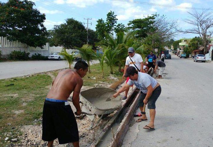 Habitantes de Akumal decidieron construir por su cuenta las guarniciones de  las calles. (Sara Cauich/SIPSE)