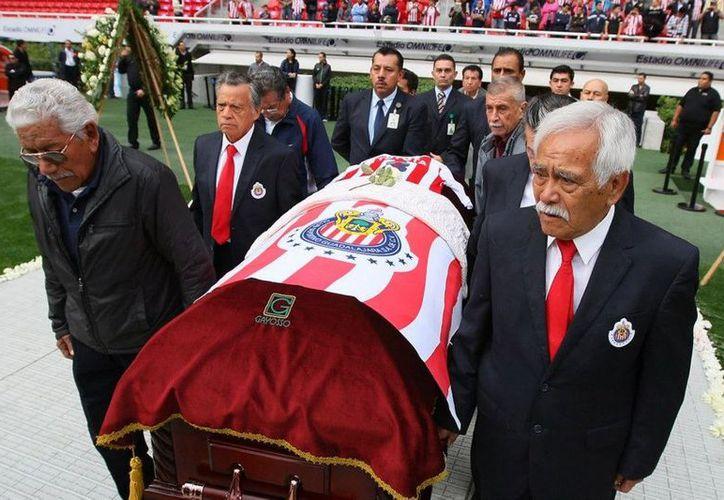 El féretro fue cubierto con el escudo de las Chivas. (Facebook)