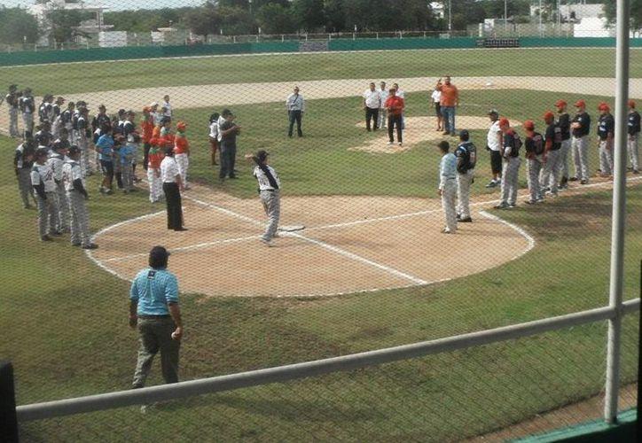 La primera bola corrió a cargo del alcalde de Tulum, Martín Antonio Cobos Villalobos. (Cortesía/SIPSE)