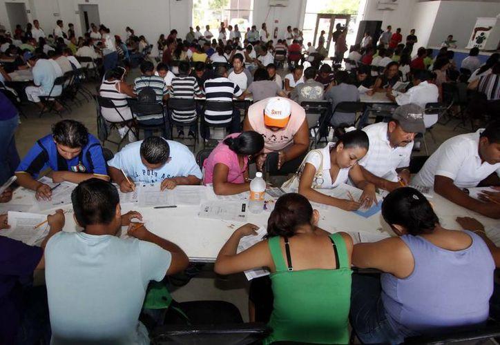 El compromiso es alfabetizar a dos mil 610 personas en 2014, a tres mil 717 en el 2015 y a tres mil 997 en 2016. (Redacción/SIPSE)