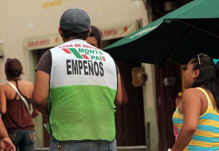 Las casas de empeño 'sobreviven' con la venta de artículos no recuperados. Imagen de contexto de un empleado de una casa de empeño en el centro de Mérida. (Milenio Novedades)