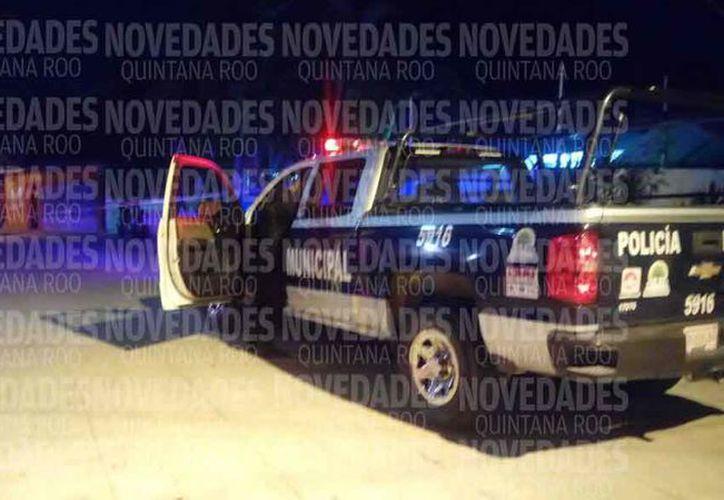 Elementos de la Policía Municipal acudieron para atender el reporte del hecho violento. (Eric Galindo/SIPSE)