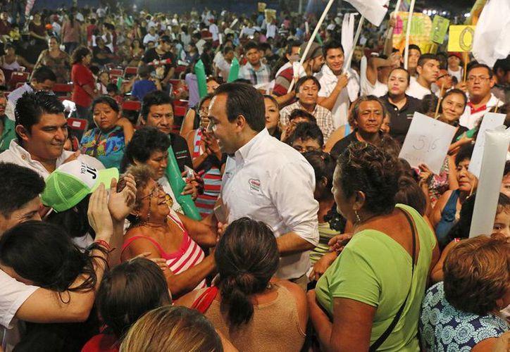 Nerio Torres Arcila convive con la gente en la Feria de la Comedia Regional en la colonia Dolores Otero. (SIPSE)